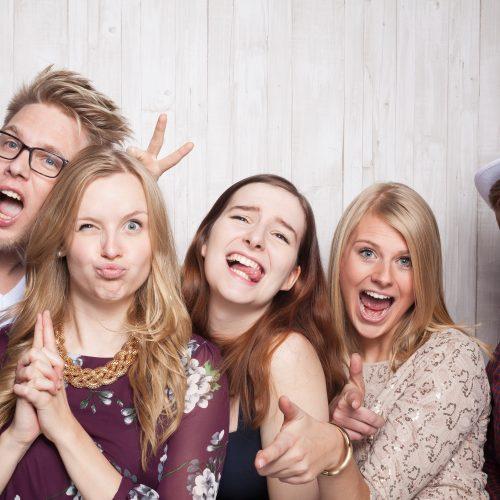Freunde machen Gruppenfoto zusammen